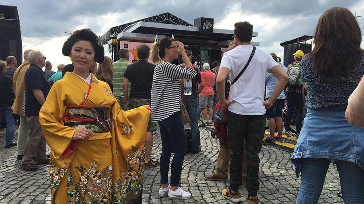 Yoko Sawa repräsentiert gleich Japan an der Strecke, die die Fahrer nach der Präsentation fahren. Am Rande des abgesteckten Parcours stehen dann Figuren, die das Düsseldorfer Stadtleben symbolisieren.