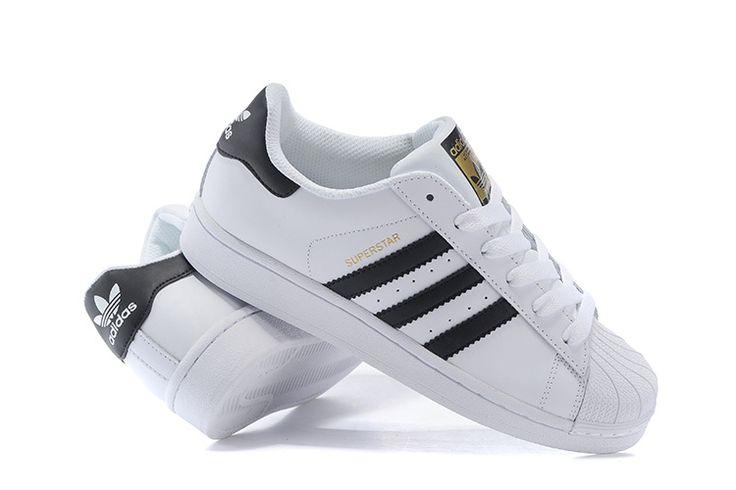 Αποκτήστε τα αθλητικά παπούτσια Adidas SuperStar White-Blackστο p-shoes.gr. Με διαχρονική εμφάνιση και καταξιωμένη ποιότητα κατασκευής