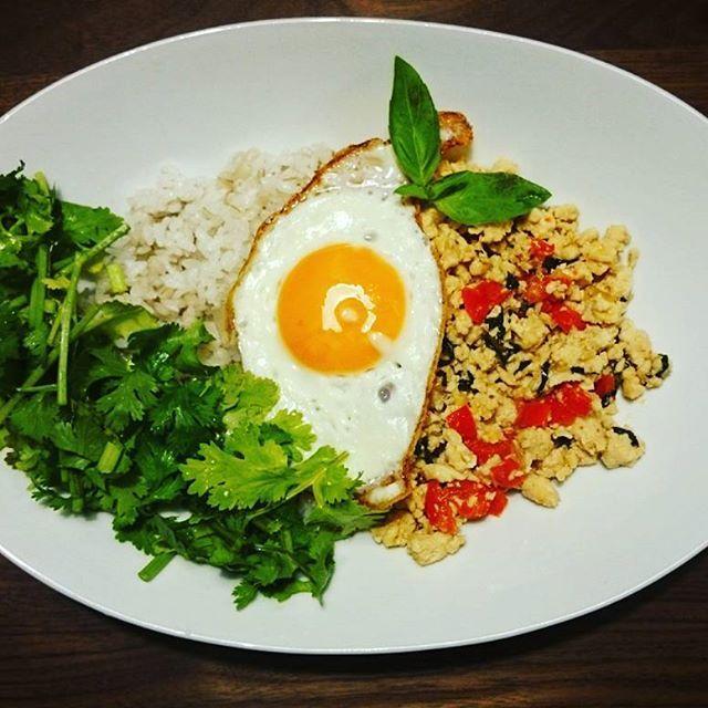 夕食は久しぶりのガパオライス+パクチー乗せでした☆  #夕食#夜ごはん#晩ごはん#おうちごはん#ごはん#dinner#久しぶり#ガパオライス#ガパオ#パクチー#ナンプラー#バジル#パプリカ#鶏肉#ひき肉##肉#目玉焼き#卵#egg#タイ料理#basil