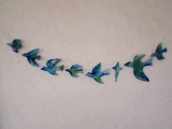 7羽の青い鳥と十字の星のガーランドです。ハンドペイントで仕上げてあります。それぞれに透明な水晶をひとつずつ、付けました。雨のしずく、それとも鳥たちの美しいハー...|ハンドメイド、手作り、手仕事品の通販・販売・購入ならCreema。
