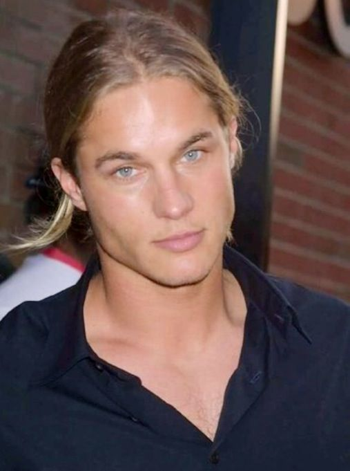 Travis Fimmel...oh my god. Gorgeous! Looks exactly like Charlie hunnam when he's scruffed up. Yum