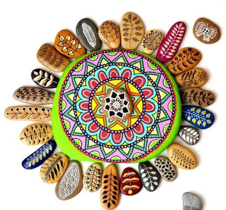 galets décoratifs en forme de soleil à motifs colorés exotiques
