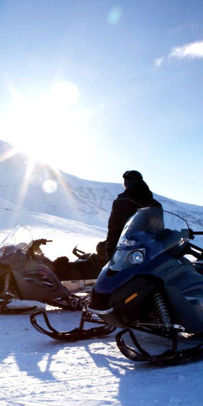 Snøscootersafari er en gave som passer de fleste. Det er vakkert å suse gjennom norsk vinterlandskap i rolig tempo. Det kan også hende at man ser elg, rådyr, ørn og andre dyr.