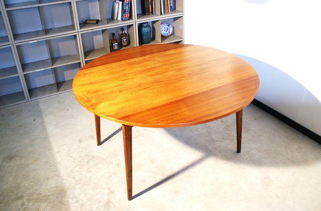 Tafel ontworpen door Louis van Teeffelen voor Webe meubelen in de jaren 50.  In een hand omdraai te veranderen van een rechthoekige naar een grote ronde tafel.