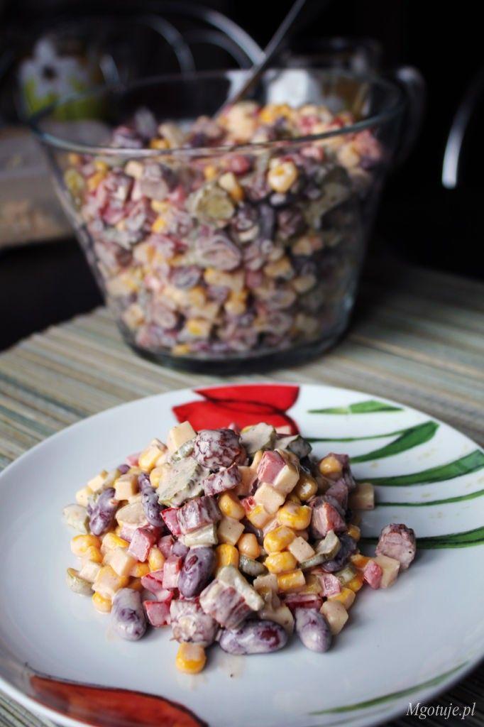 Bardzo lubię jeść sałatki i szukać różnych smaków. Tym razem przygotowałam sałatkę meksykańską z dodatkiem kabanosa. Wyszła bardzo smaczna z lekką domieszk