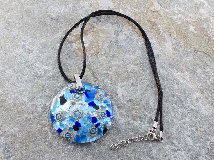 Collana pendente in vetro di Murano a piastra di forma rotonda e bombata con sfumature di blu-azzurro e argento con murrine bianche Il cordino è in alcantara