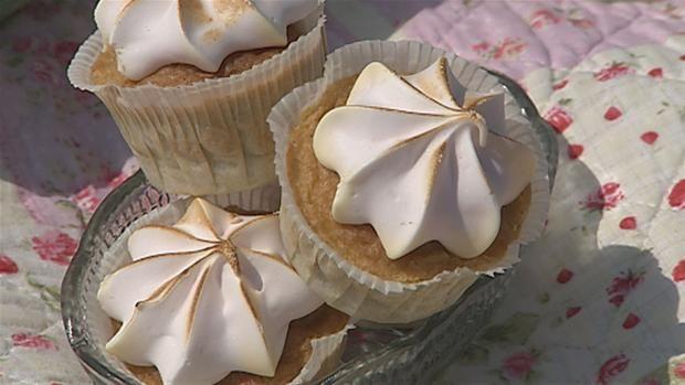 Lav Blomsterbergs lækre cupcakes med rabarber fra haven eller fra dit lokale supermarked. Det er tid lige nu.
