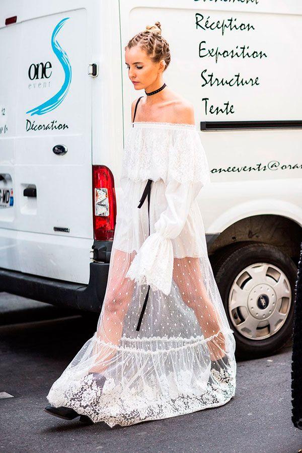Street style com vestido de renda branco e choker e botas pretas