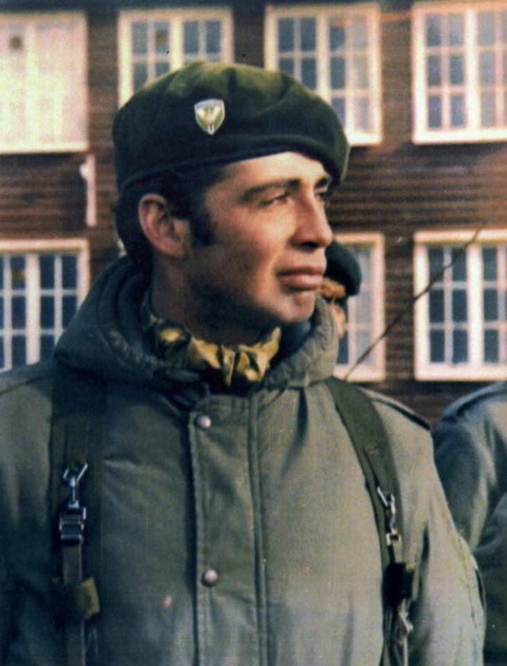 """""""Teniente Roberto Néstor Estévez"""" Regimiento de Infantería 25. El 28 de mayo de 1982 durante la gesta por la recuperación de las Islas Malvinas, murió heroicamente combatiendo contra fuerzas británicas de élite, a los 25 años de edad en la Batalla de Pradera del Ganso."""