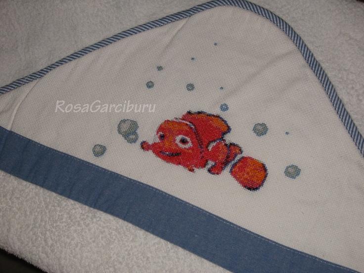 Capa de baño con Nemo en punto y cruz