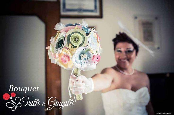 Sposa il giorno del suo matrimonio con il suo bouquet realizzato da Trilli e Gingilli. Vuoi anche tu un bouquet così? Vai su: www.trilliegingilli.com