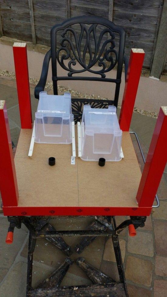 Matériel : – 1 xIKEA LACK Table (801.937.35) – 2 xIKEA SAMLA boîtes de stockage (701.029.72) – 1 xIKEA BYGEL Rails – 4 xIKEA BYGEL Containeurs – 4 xIKEA TROFAST Tiroirs – Vis – Super Glue Description : Un hack simple, avec peu de budget en utilisant les produits IKEA pour créer un fabuleux LEGO. Première étape Découpe comme sur la photo les petits morceaux de platique qui dépassent. Marquez sur le dessous de la table LACK où vous voulez mettre vos tiroirs pour . J'ai trouvé utile aussi…