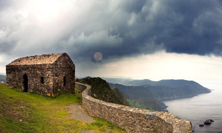 Acantilados de Herbeira (Galicia). En la provincia de La Coruña, se yerguen los acantilados de Herbeira, para algunos los más altos de Europa. Un lugar donde el mar se ve, pero no se oye.