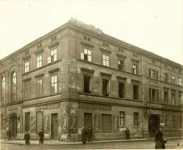 Jedności Narodowej 49  Poprzedniczka istniejącej do dziś kamienicy zapewne na krótko przed wyburzeniem wiosną 1903 roku.