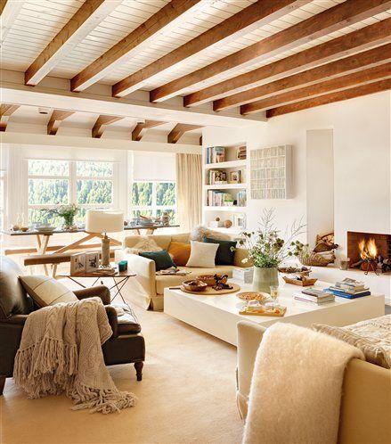 Salón con vistas a la montaña y techo con vigas de madera vistas
