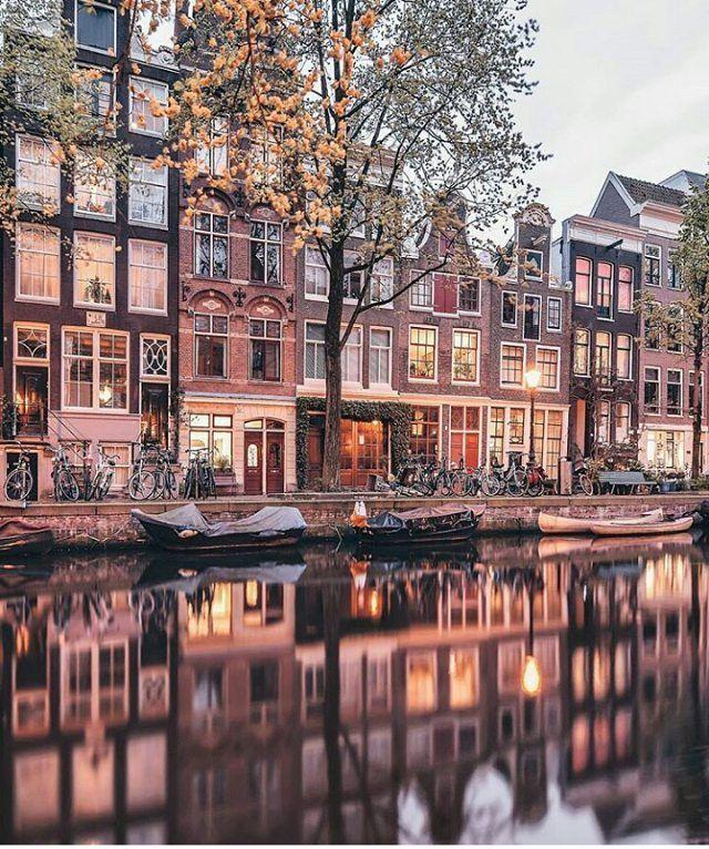 Ik vind Amsterdam een mooie stad omdat het geel sfeer vol is en druk