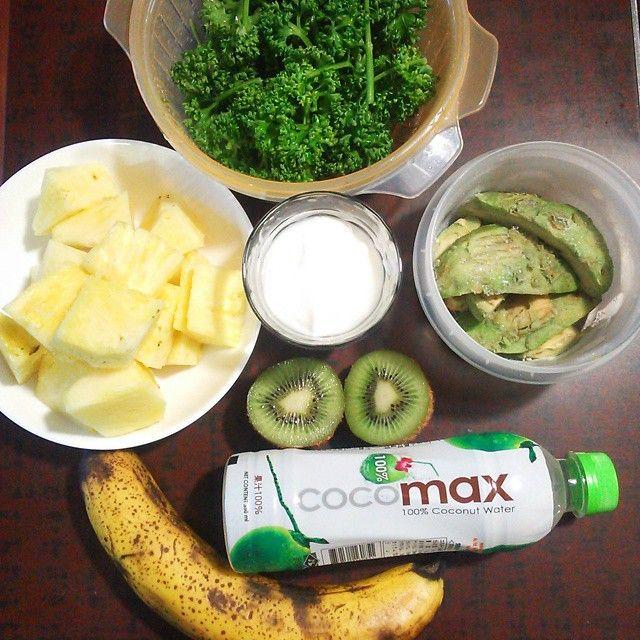 今朝の#グリーンスムージー 。 家庭菜園の自家製小松菜などを食べきったので、次のが育つまで#スムージー のグリーンを#パセリ にした。 パセリは始めてなのでどのくらいいれたらいいか模索中。 パイナップルがよくきいてスッキリさっぱり。 意外とパセリの苦味がない! .  #パセリ ひとつかみ パイナップル ブロック6個 バナナ 大1本 キウイ 1個 冷凍#アボカド 半分 自家製ヨーグルト 1杯 #ココマックス #ココナッツウォーター 3杯  #greensmoothie#smoothie #avocado#cocomax #coconutwater#グリスム #グリスム団#parsley