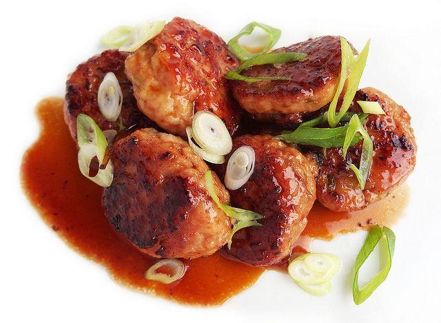Tsukune (Japanse kipgehaktballetjes) met een soort teriyaki achtig sausje.