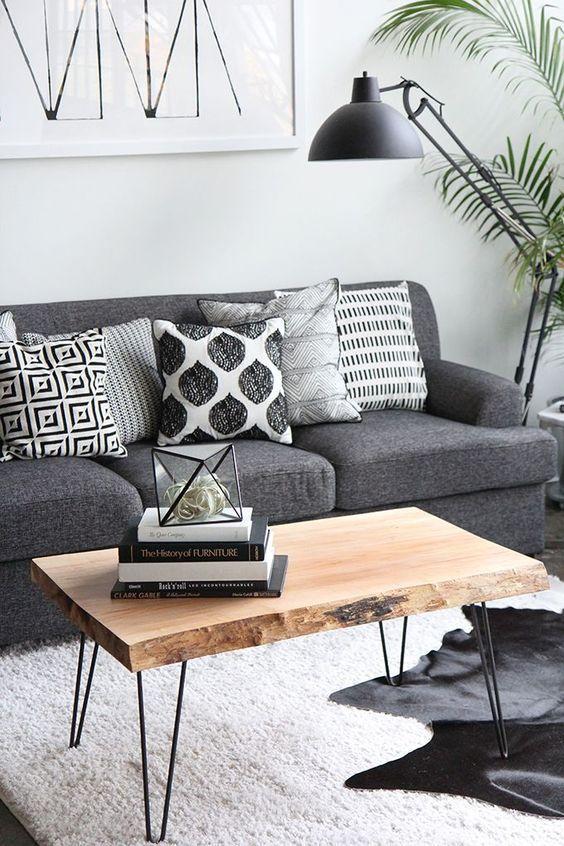 mesas de centro rustica. como decorar a sala de estar. como decorar sala. mesa de centro diferente. decoração rustica. sofá cinza. almofadas preto e branco.