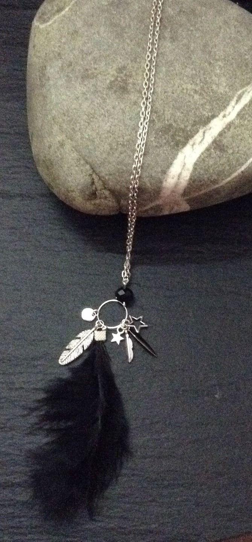 Sautoir couleur argenté avec une belle plume noire et ses breloques.