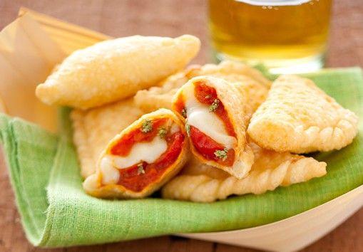 Les panzerotti à la scamorza, sauce tomate et basilic sont des chaussons salés originaires des Pouilles. Préparés à base de pâte à pizza, les panzerotti so