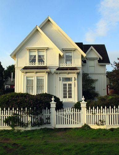I like this unique style of picket fence