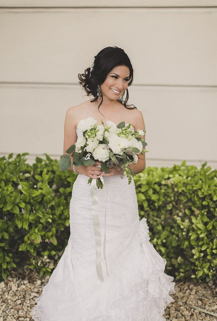 White and green wild bouquet. Wedding flowers. Las Vegas weddings. Rosie Posie. Photo by: TaylorMade Photography.