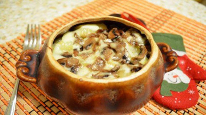 Гречка запеченная в горшочке с грибами под сырной корочкой