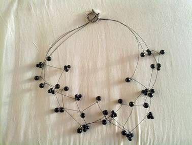 Wirwar halsketting van verschillende zwarte staaldraden met zwarte kraaltjes . De kraaltjes zijn afwisselend naar boven en naar beneden gericht en staan naar alle kanten. Hierdoor liggen niet alle kralen plat maar sommigen staan wat omhoog. Dit geeft een heel speciaal effect.  7 €