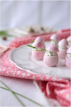 Pretty Pastel Pink Deviled Eggs!!!  Incorporate Google Translate for this one- How fun for Easter Brunch!!? Oeufs marbrés à la betterave et farcis au chèvre frais et ciboulette