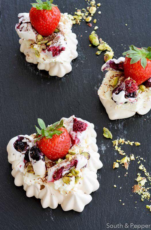 Recept voor hartenmeringue met rode vruchten. #recept #recipe #dessert #meringue #gebak #aardbeien