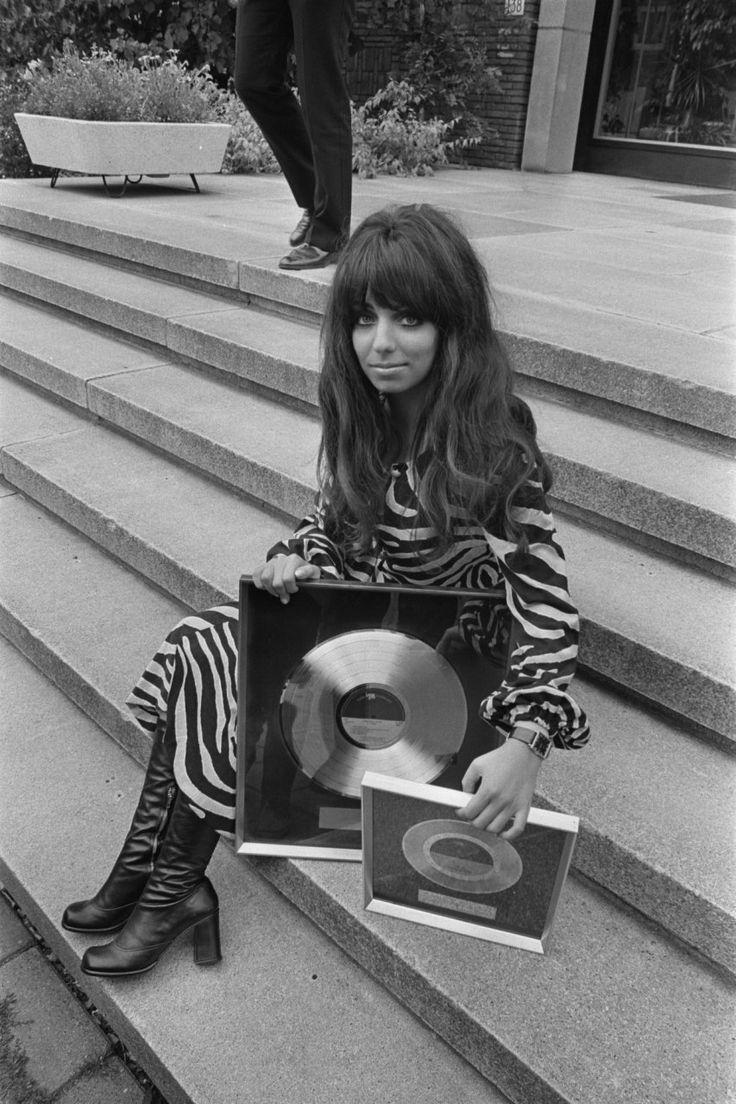 Mariska Veres. Shocking Blue krijgt gouden en platina platen in het Hilton Hotel in Amsterdam uit handen van Albert Mol. 2 september 1970.
