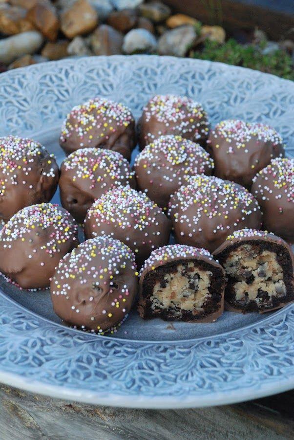 Smaskelismaskens: Chokladdoppade kladdkakebollar med kakdegsgömma