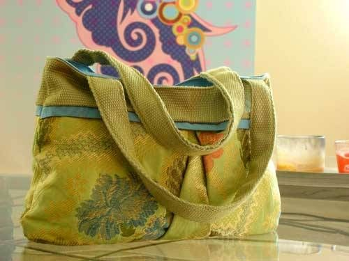 This is an easy to make tote bag with a simple pleat on the front and back which gives it more room on the inside. This is an ideal pattern for using up yo