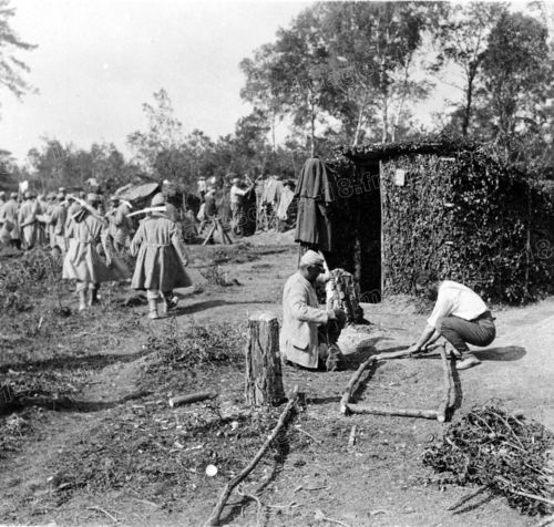 WW1. French soldiers building a shelter. - http://laflaneuse.org/wp-content/gallery/14-18-la-vie-quotidienne/construction-dun-abri.jpg