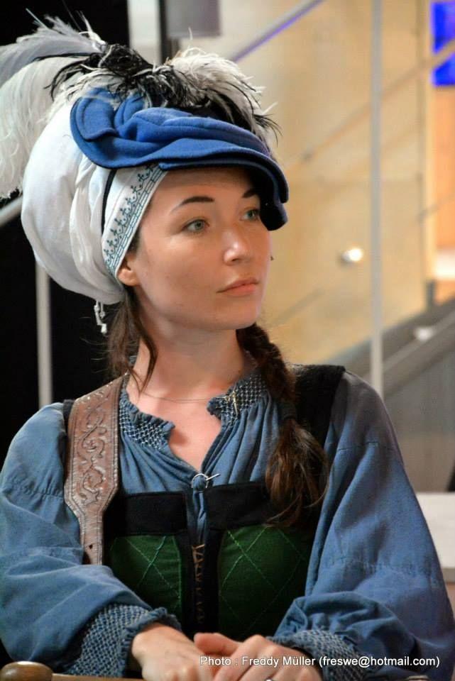 In de Crimeaanse klederdracht is het voor vrouwen niet ongewoon een hoed op een andere hoed te dragen.