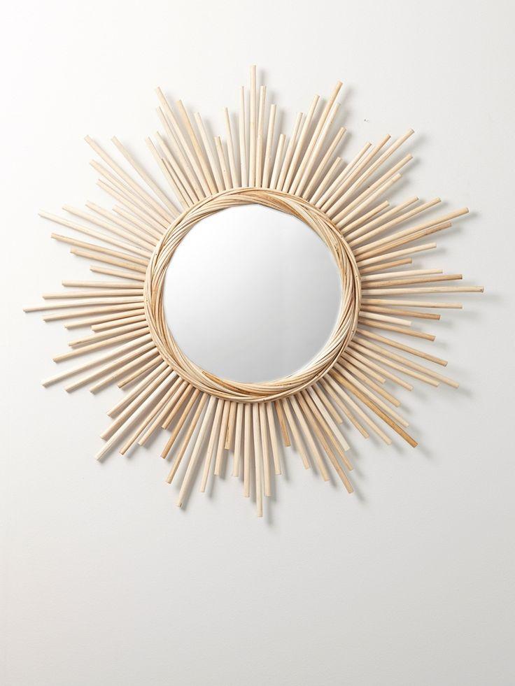 La tendance signe le grand retour du rotin ! Apportez donc une touche vintage à votre intérieur avec ce beau miroir en rotin. DétailsDiam. miroir : 30 Cyrillus