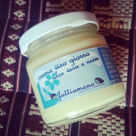 #crema #viso #naturale con oleolito di camomilla, olio di birragine, gel fresco di #aloe vera, olio di neem e con oli essenziali di lavanda e bergamotto deterpenato