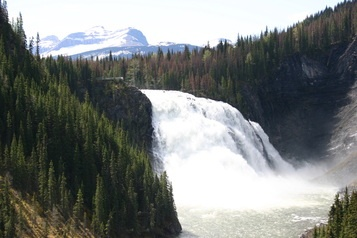 Stay at Artful retreat B and Visit the most spectacular waterfall in Northern British Columbia: Kinuseo Falls in Monkman Provincial Park Tumbler Ridge