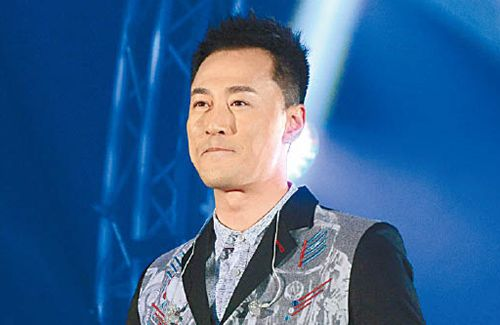 Raymond Lam draws enthusiastic crowd at charity event in Vancouver.
