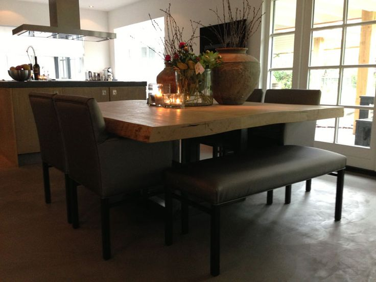 Eethoek; Vierkante boomstamblad op stoer stalen onderstel met chique eetkamerfauteuils en bankjes. www.molitli-interieurmakers.nl