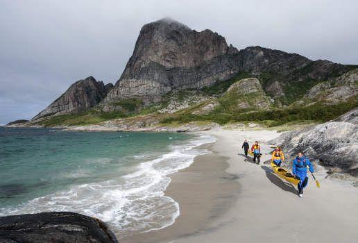 Kajaktour bei Rødøy an der Helgelandsküste in Nordnorwegen.