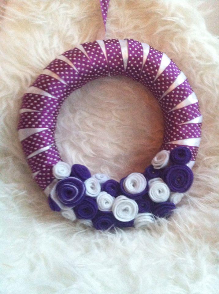 Paarse krans met vilten roosjes, purple wreath with roses www.creabijengel.nl