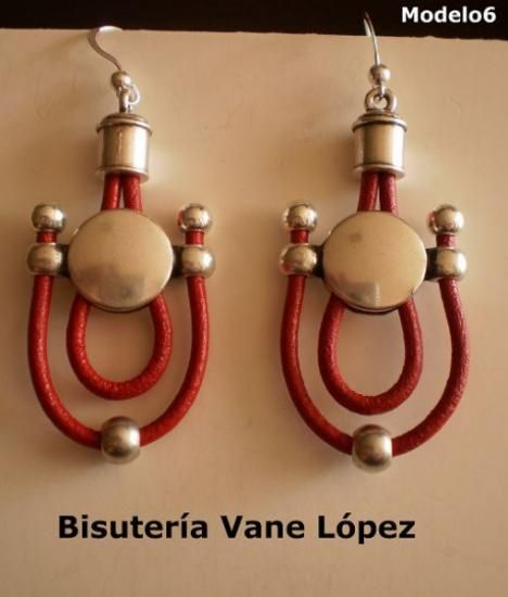 pendientes de cuero rojo, con zamak y gancho de plata pendientes de cuero rojo y plata cuero rojo,zamak con baño de plata,gancho de plata artesanal