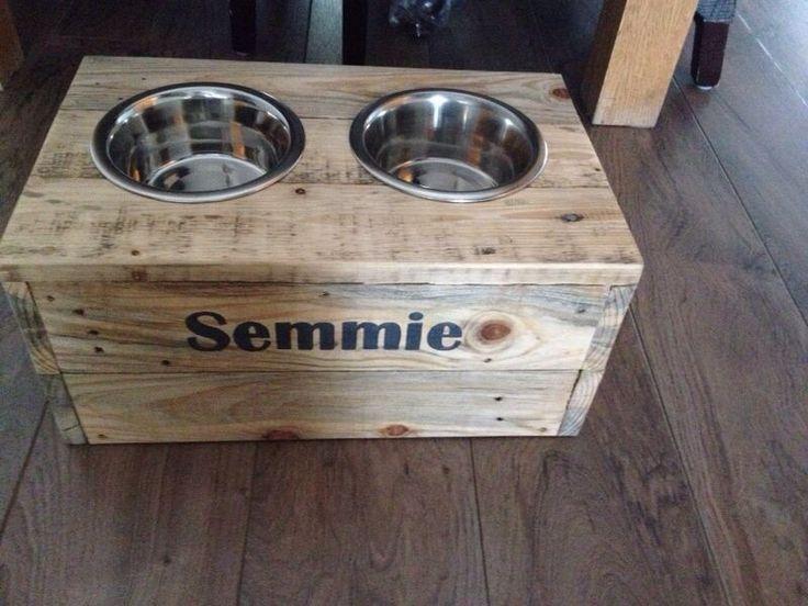 Voerbak Semmie. Gemaakt van pallethout. Te koop bij eigenhoutjes. Eigenhoutjes@gmail.com. Of facebook: eigenhoutjes.