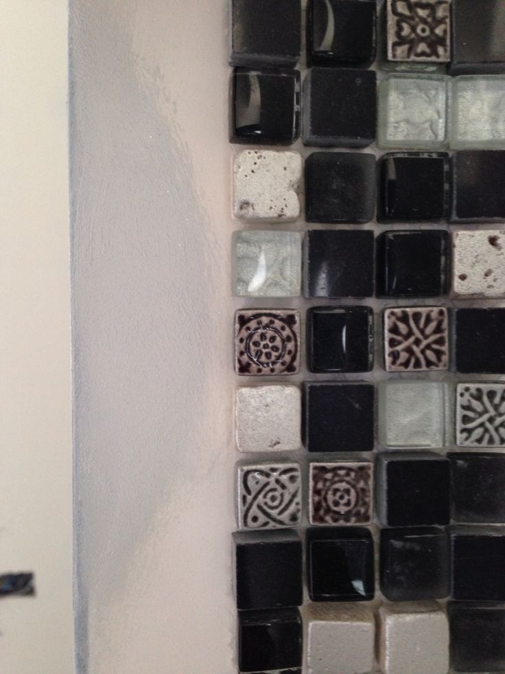 Mosaic tiles and gray sparkles paint for a bath