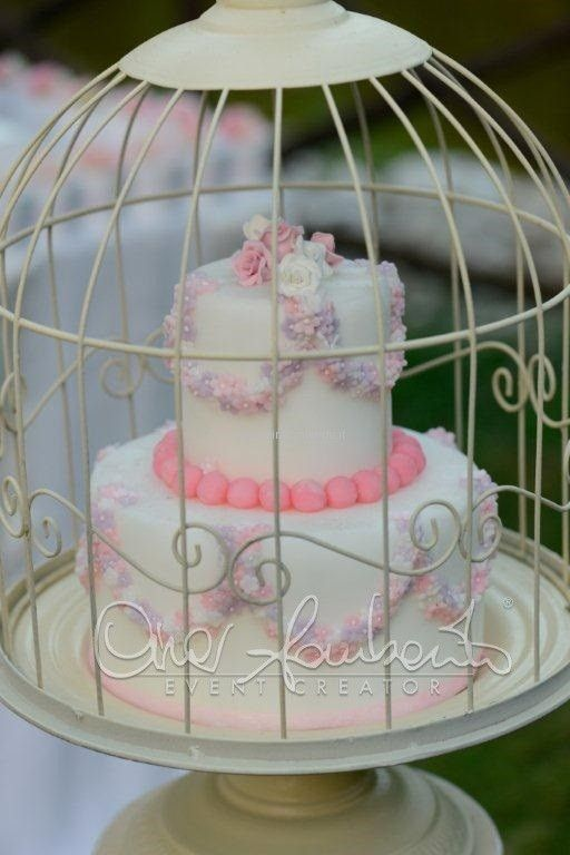Sweet and cake intrappolati in gabbiette shabby chic nello sweet table delicato e romantico.