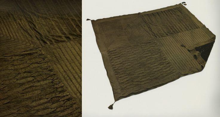 Powyżej prezentuje się nasza wytworna i elegancka narzuta Invidia w zupełnie nowej kolorystyce olive brown, 160 x 160 - 270 x 270 cm. My już ją uwielbiamy!  Czekamy na Was w In Situ, Powsińska 20A Warszawa.