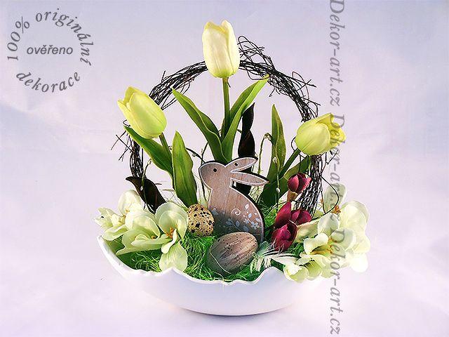 #Velikonoční #dekorace se zajíčkem v misce tvaru skořápky vajíčka.