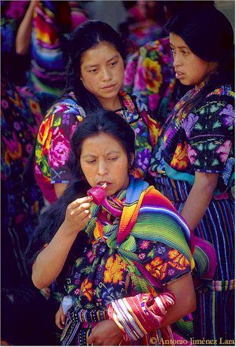 Locales guatemaltecos vestidos con ropa autóctona.